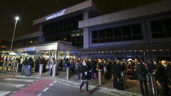 evacuaron el aeropuerto de londres por un incidente quimico