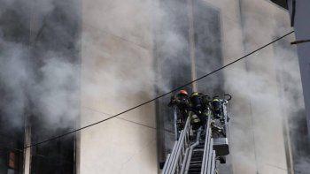 se incendio una fabrica y se derrumbaron seis pisos