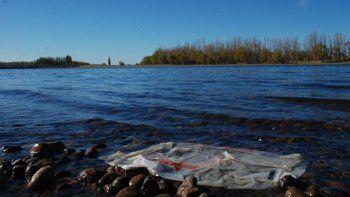 denuncian al intendente peressini por contaminacion del rio