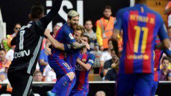 con un doblete de messi, barcelona le gano al valencia