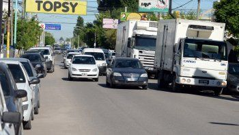 Cada vez menos camioneros respetan los horarios y lugares habilitados para la carga y descarga de mercadería en la ciudad de Neuquén.