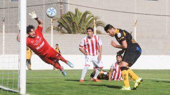 Piñero da Silva marcó el empate provisorio para el local ante las atentas miradas de Ávila y Manchafico. Villalba voló, pero no llegó a sacarla.