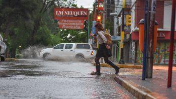 las intensas lluvias y el granizo generaron inconvenientes en los barrios y las rutas