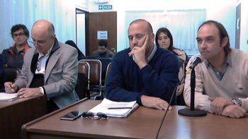 A la derecha, hablando al micrófono, el acusado junto a su abogado.