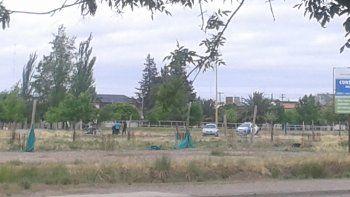 El ataque ocurrió entre la pista de skate y el patinódromo de Plottier. La Policía ayer trabajaba en el lugar.