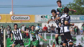 Medina aguantó sólo la primera mitad del partido ante Villa Mitre.