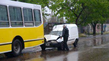 manana de lluvia: una camioneta choco contra un colectivo