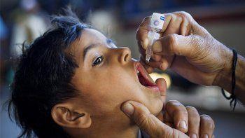 El virus ataca al sistema nervioso y causa parálisis en cuestión de horas. En algunos casos es mortal. En su mayoría, afecta a niños de menos de 5 años.