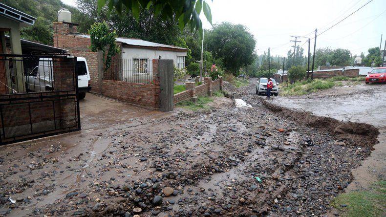 En la calle Los Olmos el agua socavó las calles y dejó amplios surcos.
