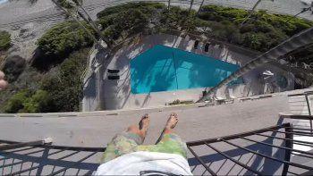 se grabo saltando desde la terraza de un hotel