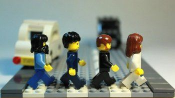 George, Paul, Ringo, John y una postal histórica cruzando la calle rumbo a los estudios Abbey Road.