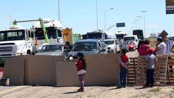 el corte de los vecinos de nueva espana en ruta 7 es total: hay malestar y largas colas