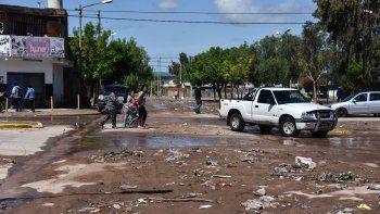 Algunas calles de la ciudad continúan con agua acumulada.