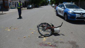 fue embestida por un auto cuando circulaba en bici en contramano