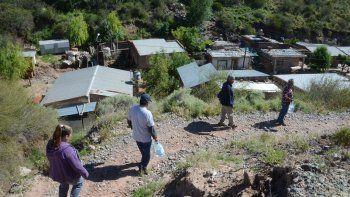 Los vecinos volvieron ayer al barrio, ubicado en un cañadón (una parte), con bidones de agua potable.
