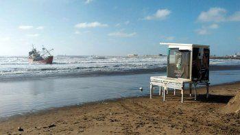 un pesquero encallo en playa grande, en la costa marplatense