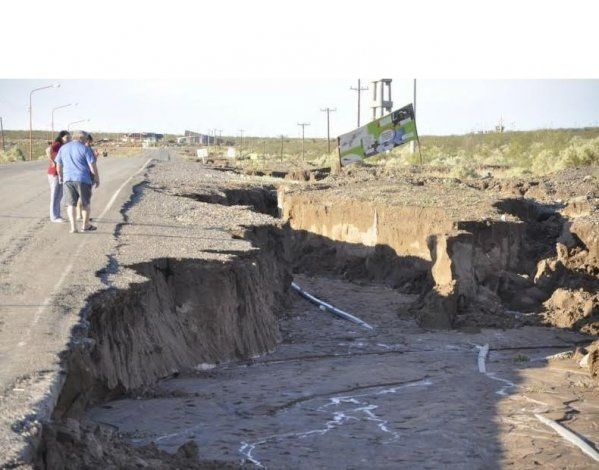 El temporal provocó importantes socavones en la Ruta 151
