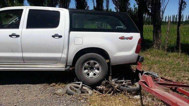 Una camioneta perdió el control y casi mata a un motociclista