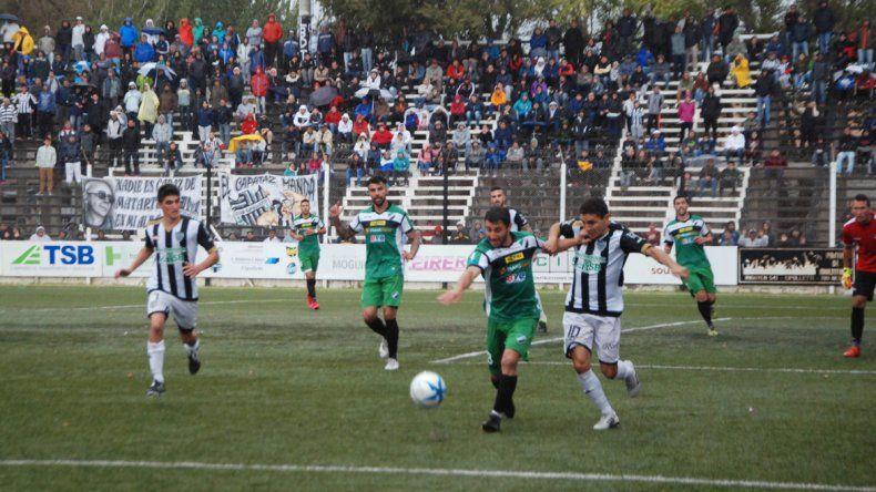 El Albinegro perdió ante Villa Mitre y quedó casi eliminado