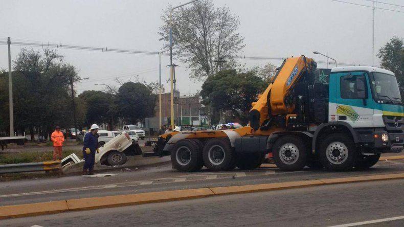 Chocó y terminó adentro de un canal con su camioneta