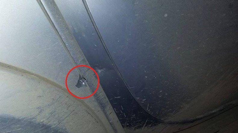 Uno de los impactos de bala en la camioneta familiar