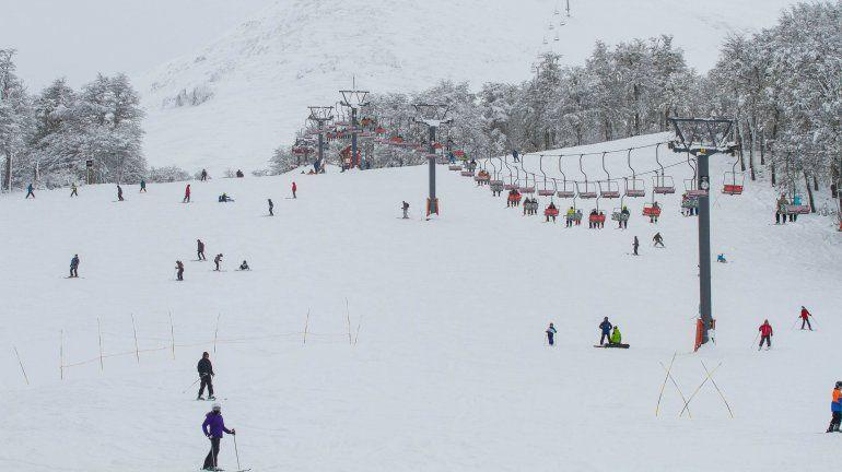 El Chapelco ya luce cubierto de blanco y cientos de personas disfrutan de la montaña.