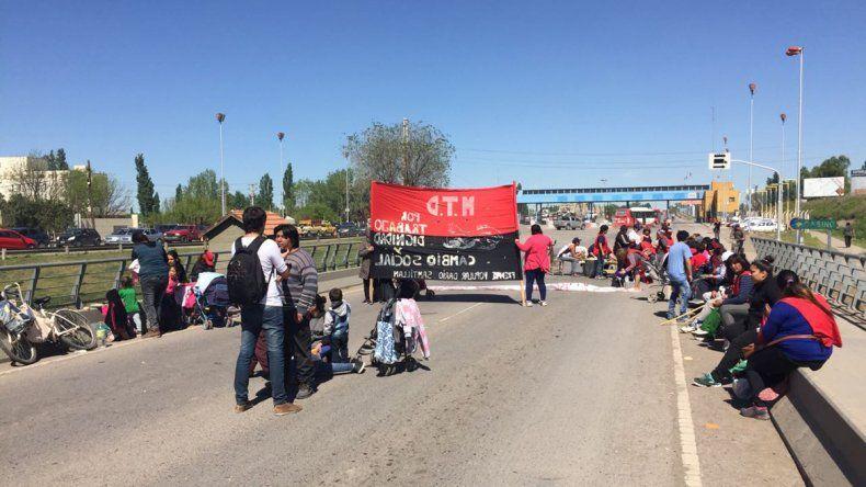 Se levantó la protesta de los desocupados en los puentes que unen Cipolletti y Neuquén