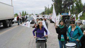 Los maestros volantearon en la Ruta 65 para explicar las razones de su reclamo salarial al Gobierno.