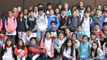 Chicos de la Escuela 131 viajaron en tren para visitar la redacción del diario.