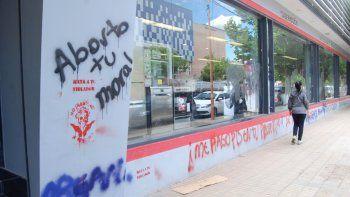Las pintadas aparecieron en diferentes locales comerciales y viviendas del centro cipoleño.