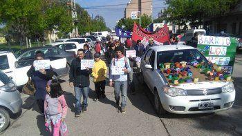 Los vecinos de la toma marcharon al Centro Cultural, lugar de la audiencia, junto con organizaciones sociales.
