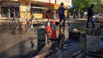 se rompio un cano de agua y los barrios de la zona centro-oeste se encuentran sin servicio