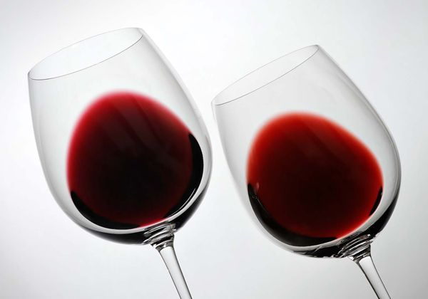 Por qué algunos vinos tiñen los labios