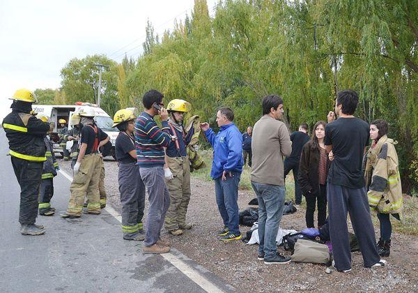 Un colectivo pinchó un neumático y cayó a un desagüe: hay 26 heridos