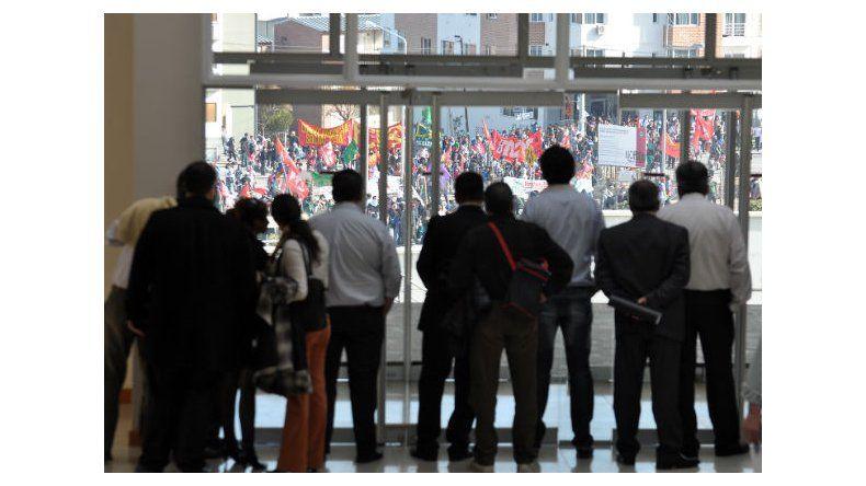 En medio de graves incidentes, se aprobó el convenio Provincia e YPF