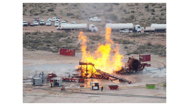 El incendio en un pozo de gas de Pluspetrol continuará varios días