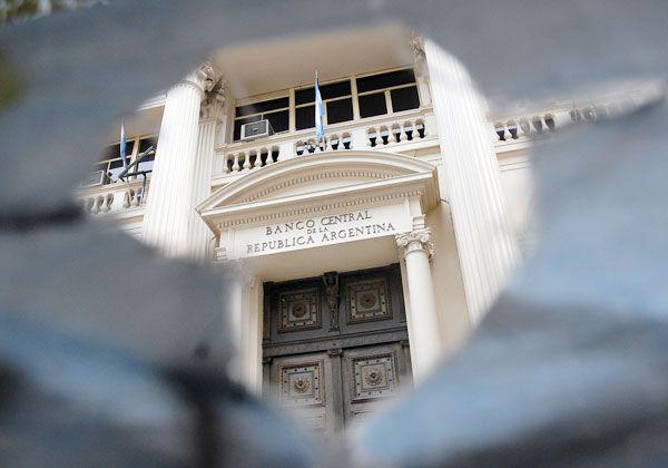 Las medidas del Banco Central anticipan una devaluación mayor del peso.