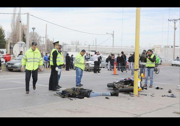 Una motociclista murió tras chocar un auto a metros del puente carretero