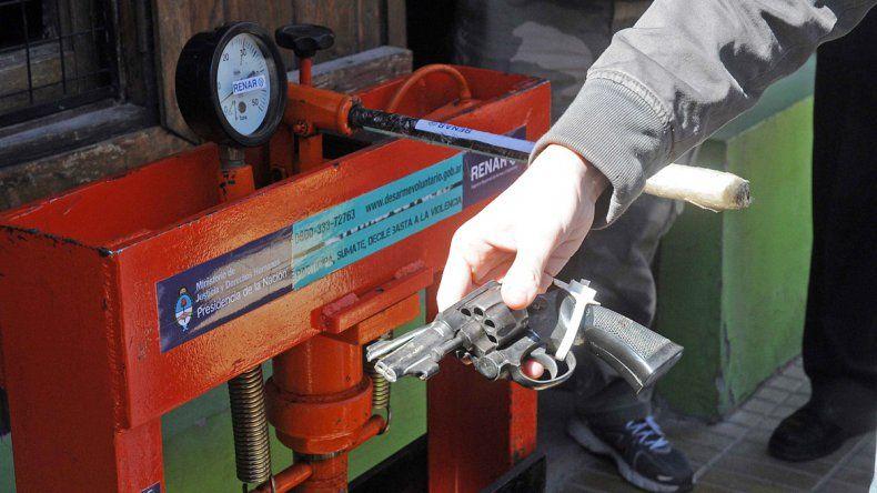 Un arma a punto de ser destruida en la máquina del Renar. Sólo de esa manera es sacada de circulación.