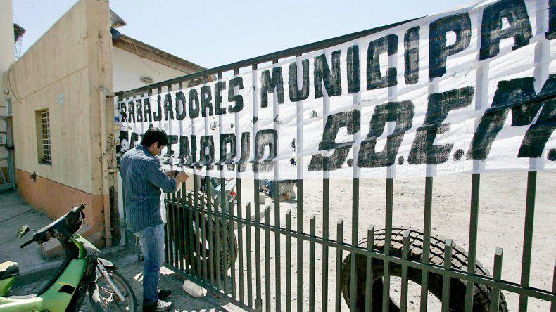 Los municipales mantienen tomado el corralón municipal.