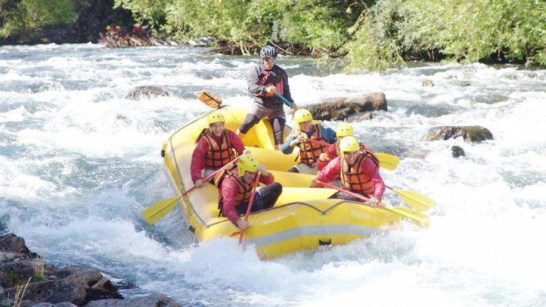 Los rápidos del Corcovado son de clase II y III. El paseo en kayak a la pasarela del Arrayanes (abajo) es para relajarse.