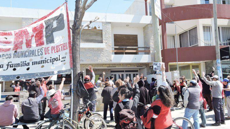 Los trabajadores municipales siguen reclamando en Recaudaciones.