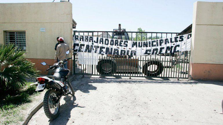 El corralón municipal de Centenario está tomado desde el lunes.