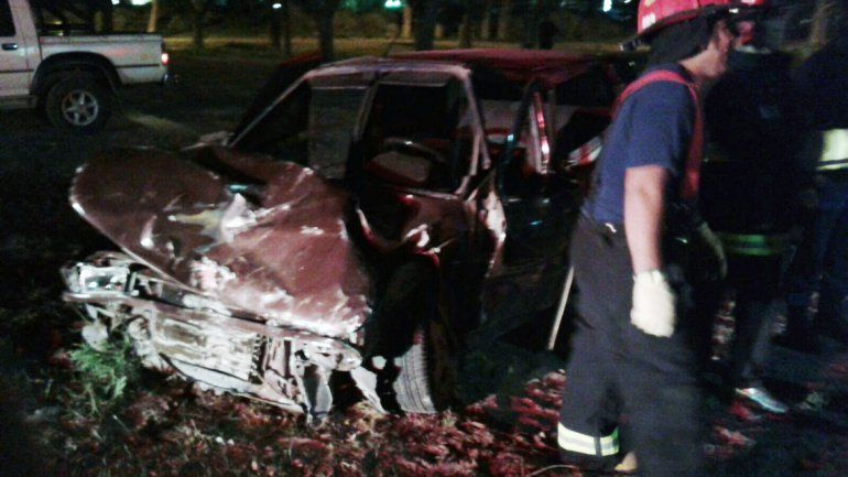 El frente del Fiat Uno quedó completamente destruido.