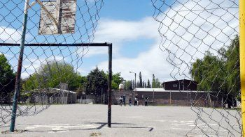 El playón deportivo de Confluencia, donde hubo disparos mientras los chicos jugaban a la pelota.