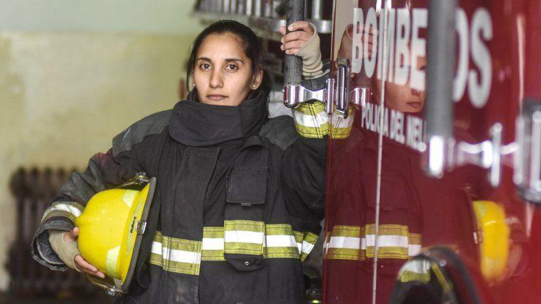 Pura valentía despliega la joven cada vez que se sube a la autobomba.