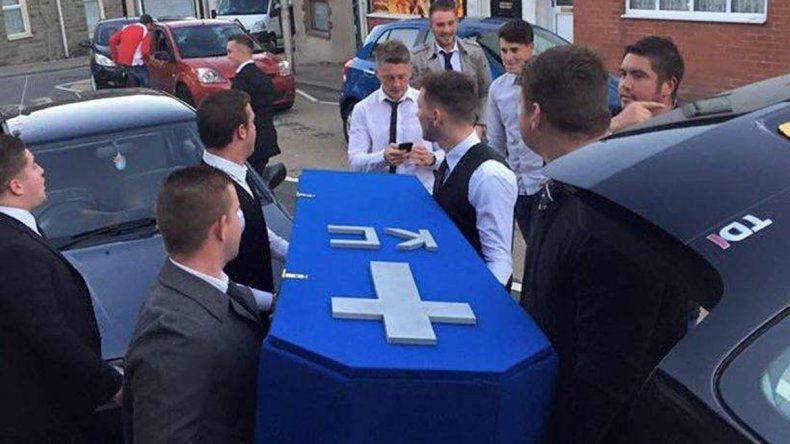 Le hicieron un funeral falso a un amigo porque no lo ven desde que tiene novia