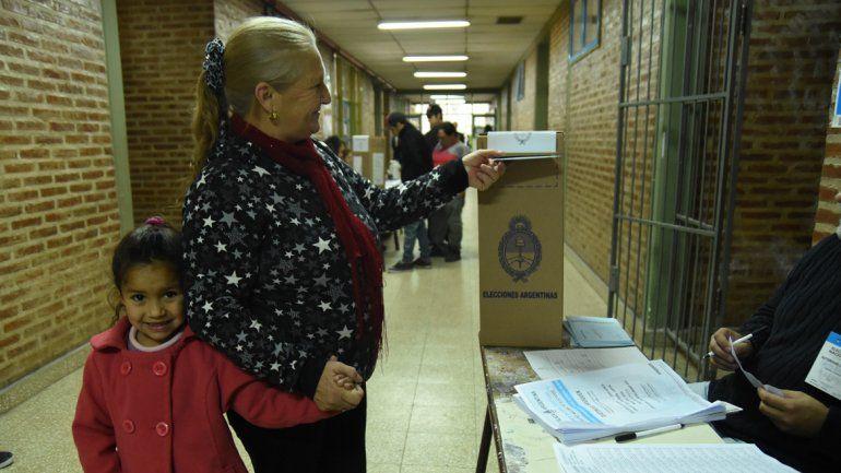 Muchos neuquinos fueron a votar con sus hijos y nietos.