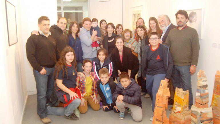Familiares y amigos de Gabriela Erazun estuvieron presentes en la muestra y en el reconocimiento a la artista.