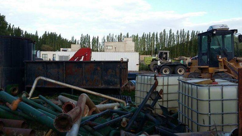 Se encontraron gran cantidad de desechos de maquinarias de usos petroleros.